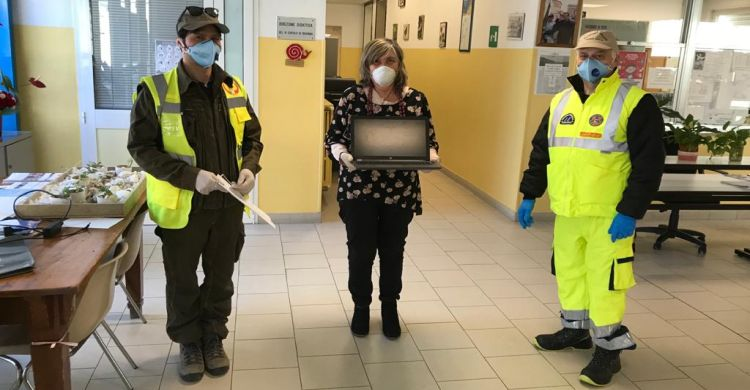 Consegna computer dalla dirigente scolastico Elena Fusconi alla P.C. GCA e Zarlot
