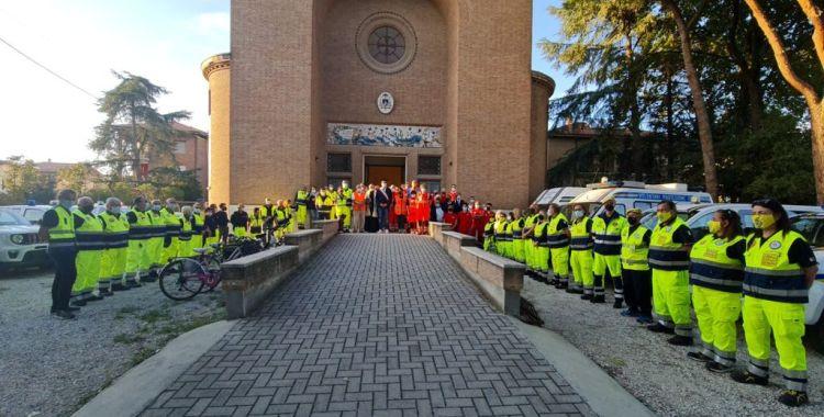 volontari di fronte alla chiesa di san vittore