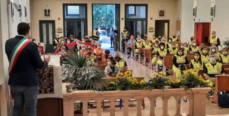Sindaco e volontari nella chiesa san vittore